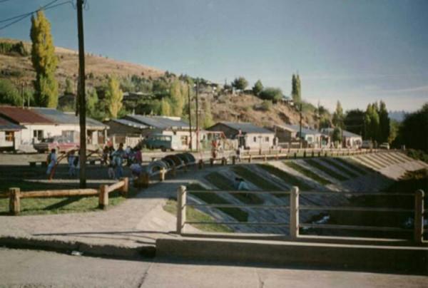 Arroyo Esquel y puente sobre calle 25 de Mayo. Año: 1996